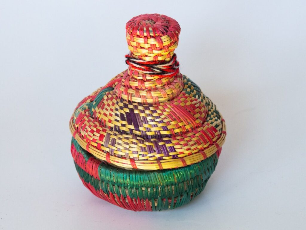 Cestita de mimbre de colores con forma de tallín