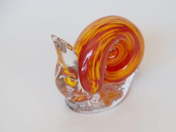 Figurita de caracol de cristal de Bohemia Figurita de caracol en cristal de Bohemia realizado a mano con la tradicional técnica del soplado. Origen: taller artesanal en Praga, Chequia. Tamaño 15cm.