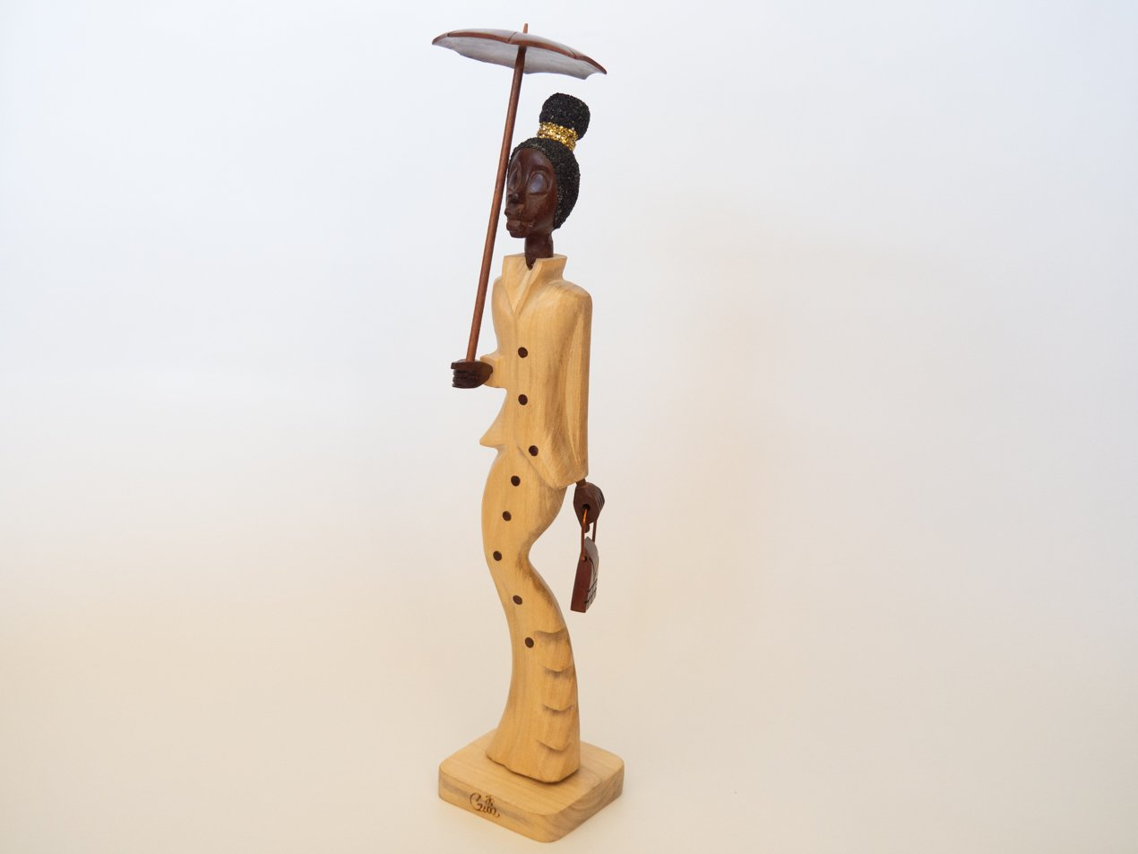 talla madera señorita con paraguas