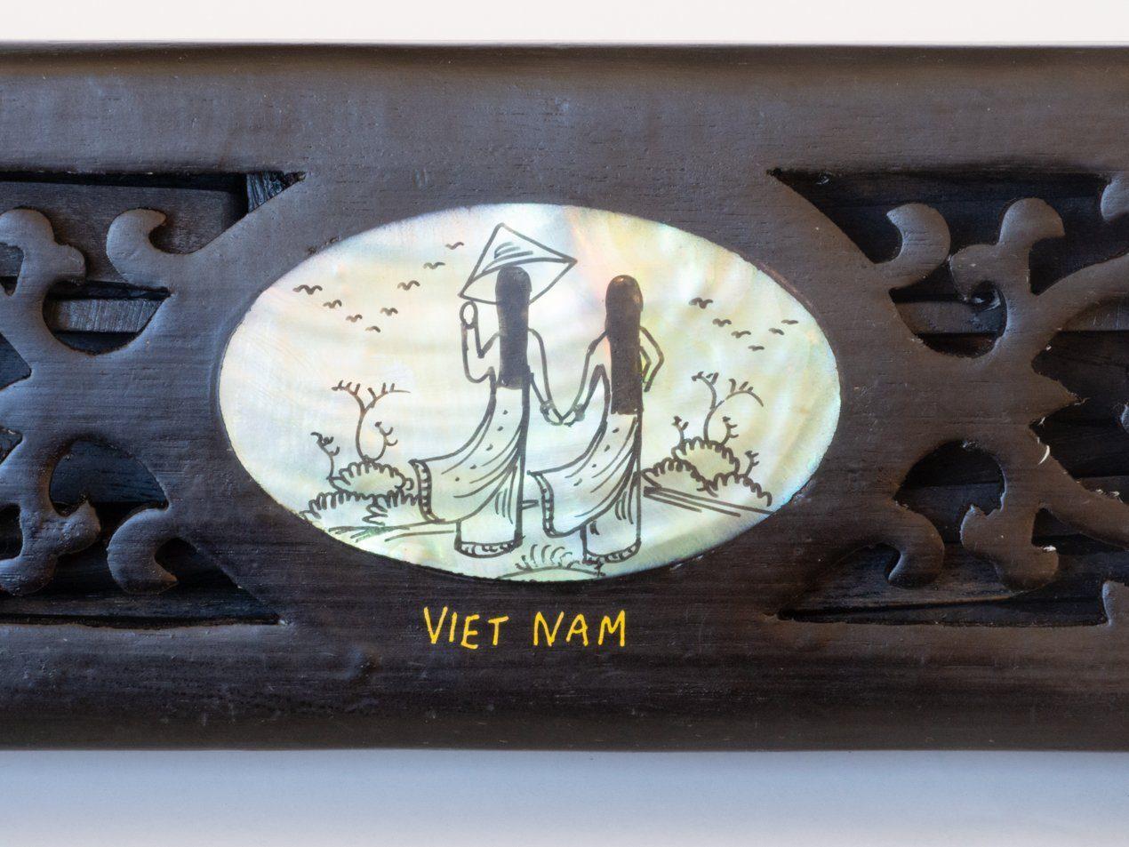 Cajita de madera con palillos orientales: Cajita de madera con palillos y apoyos decorados en nácar. Tallado a mano. Origen: Sapa, Vietnam.