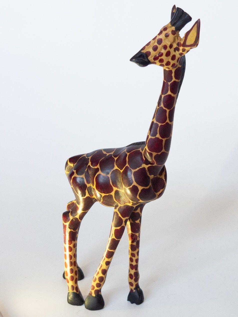 Talla de madera Jirafa africana: Tipo: talla en madera. Procedencia: artista urbano, Tanzania. Tamaño: 15cm de alto.