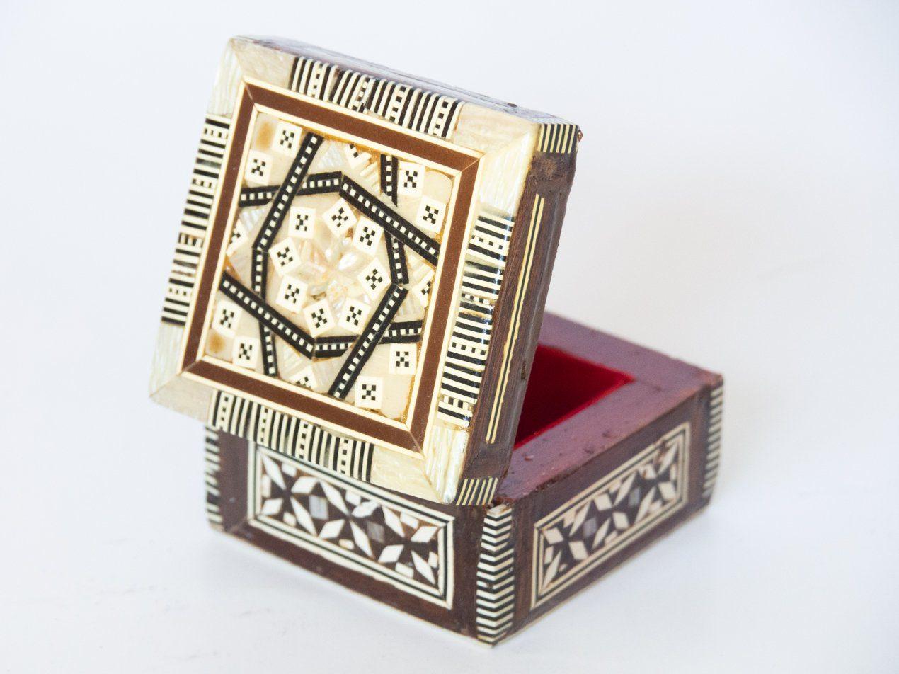 Cajita de madera decorada con motivos geométricos: Tipo: Cajita de madera decorada con motivos geométricos y tradicionales. Procedencia: Misjeta, Georgia. Tamaño: 5x5cm.