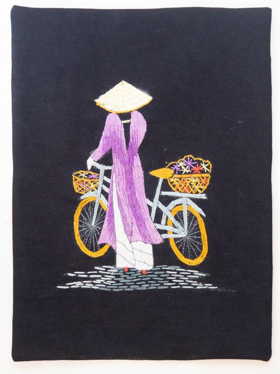 Bordado de hilo con imagen de vietnamita en bici con áo dài violeta