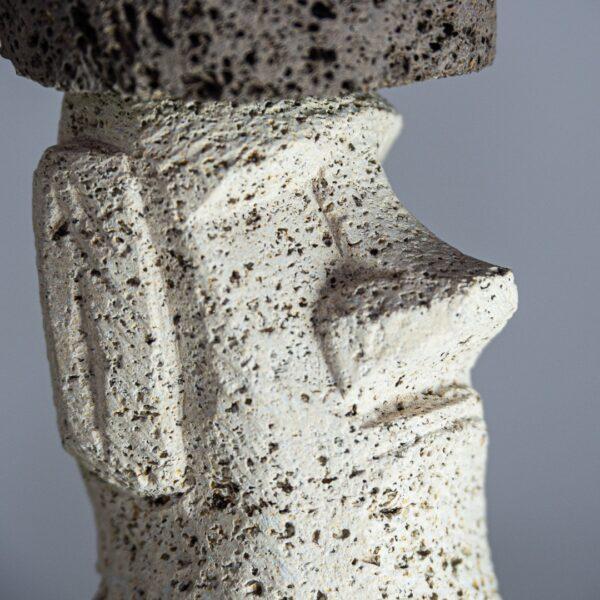 Escultura de moái realizada en piedra volcánica autóctona eldesvandelmunc.com